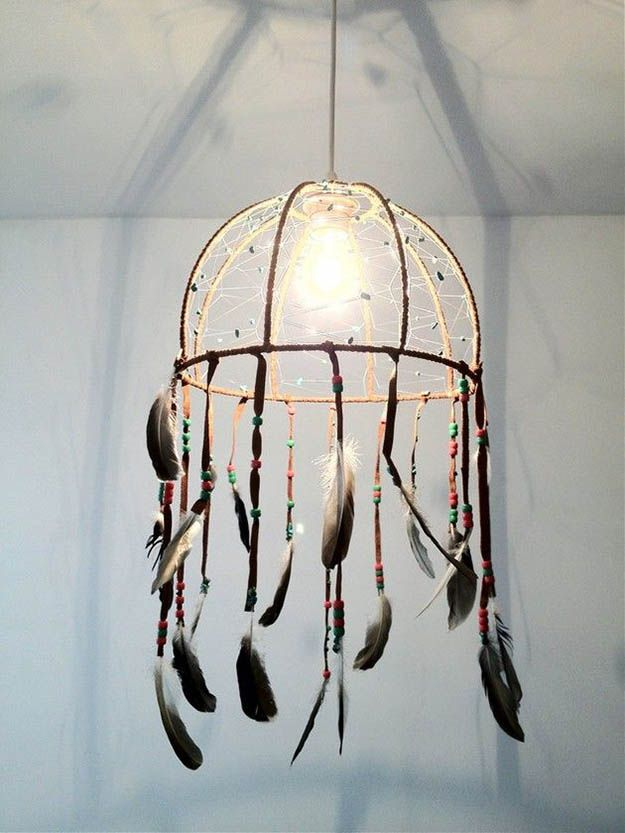 DIY Dreamcatcher Lámpara | Dreammcatcher DIY | Ideas & Inspiración, ver más en http://artesaniasdebricolaje.ru/diy-dreamcatcher-ideas-instructions-inspiration