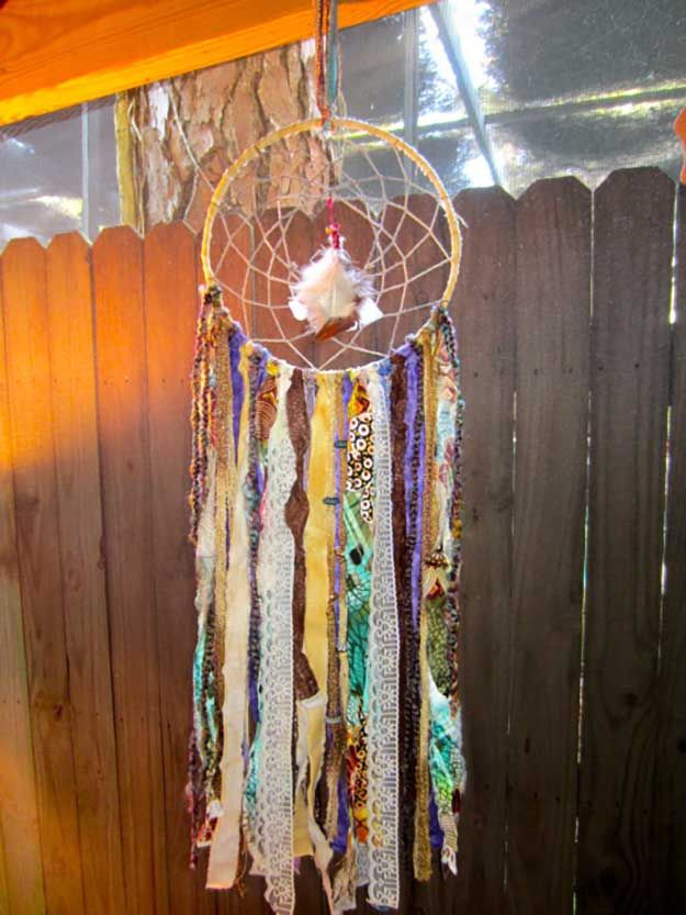 Scrap Tela DIY Dreamcatcher | Dreammcatcher DIY | Ideas & Inspiración, ver más en http://artesaniasdebricolaje.ru/diy-dreamcatcher-ideas-instructions-inspiration