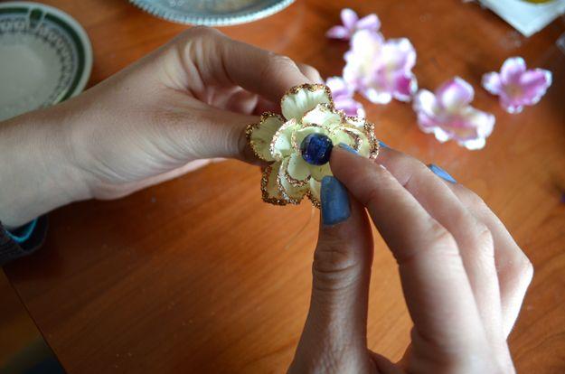 DIY Flor Cabello Accesorios Tutoriales | http://artesaniasdebricolaje.ru/flower-hair-accessories-fit-for-a-princess/