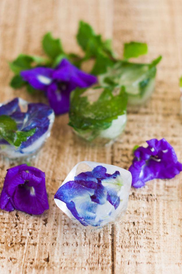 Ideas DIY flor de Ice Cube para Partes de verano | artesaniasdebricolaje.ru/diy-flower-ice-cubes/