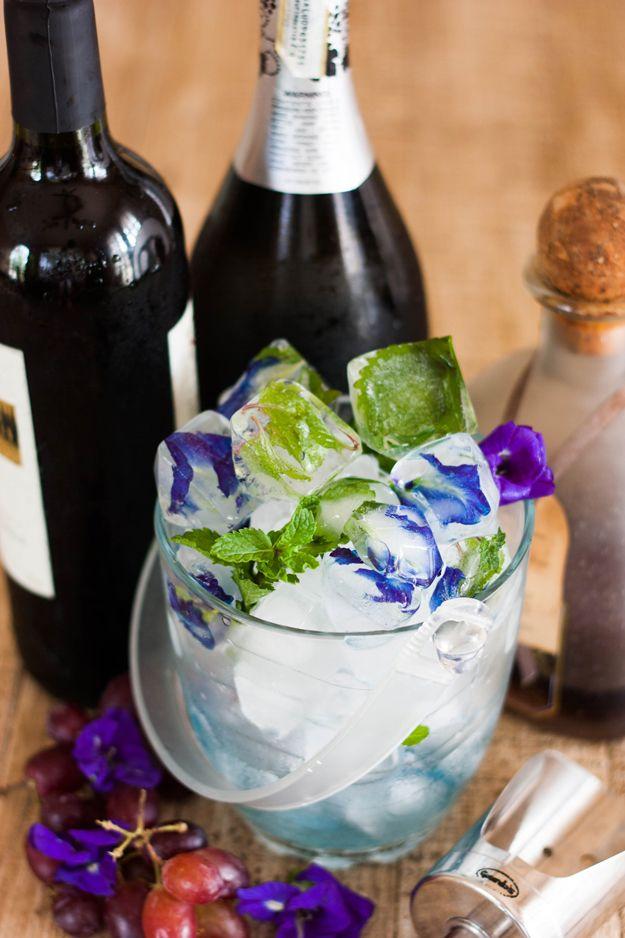 DIY comestible inspiración de la flor del cubo de hielo | artesaniasdebricolaje.ru/diy-flower-ice-cubes/