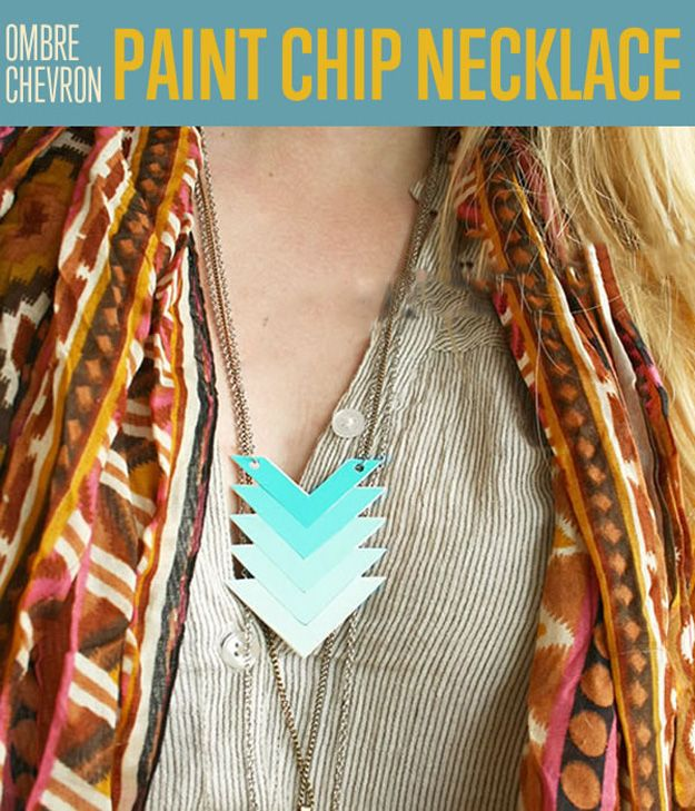 DIY Ombre Chevron Collar chip de pintura | artesaniasdebricolaje.ru/diy-ombre-paint-chip-chevron-necklace/