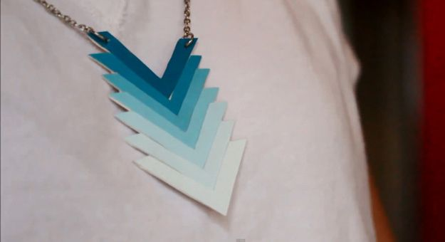 Pintura DIY Ombre Chevron Ideas Collar chip | artesaniasdebricolaje.ru/diy-ombre-paint-chip-chevron-necklace/