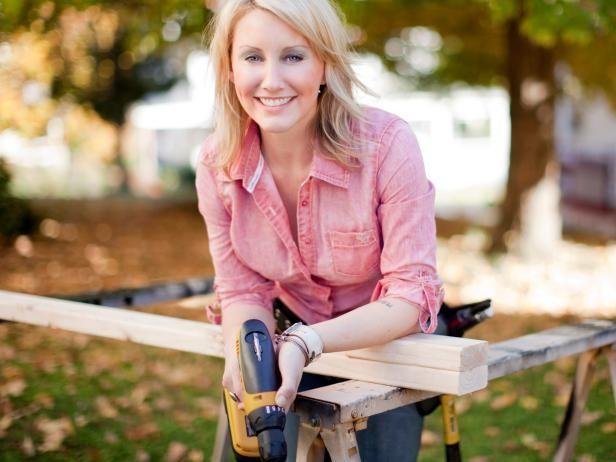 Amy Matthews utiliza un taladro inalámbrico para proyectos.