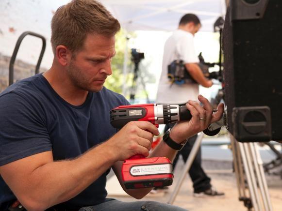 Anfitrión DIY Jason Cameron usando un destornillador de trinquete.