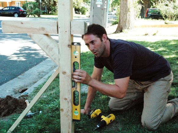 Anfitrión DIY utiliza Josh Templo es el nivel en su trabajo.