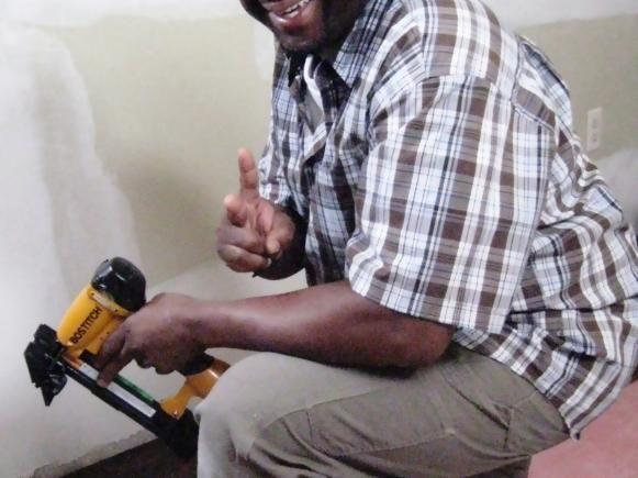 James Young usa un taladro inalámbrico para proyectos.