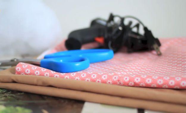 Cómo hacer un DIY No Sew Donut Almohada | artesaniasdebricolaje.ru/diy-no-sew-donut-pillow/
