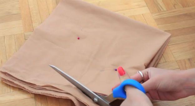 DIY No Sew Donut Almohada Tutorial | artesaniasdebricolaje.ru/diy-no-sew-donut-pillow/