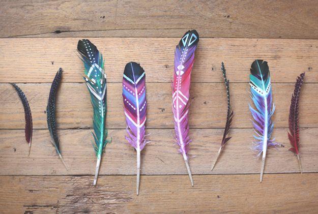 Cómo hacer bricolaje pintado plumas   http://artesaniasdebricolaje.ru/diy-painted-feathers/