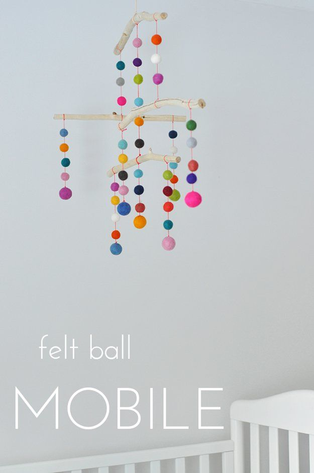 DIY fieltro Bola Mobile Ideas y Proyectos | http://artesaniasdebricolaje.ru/diy-projects-with-felt-balls/