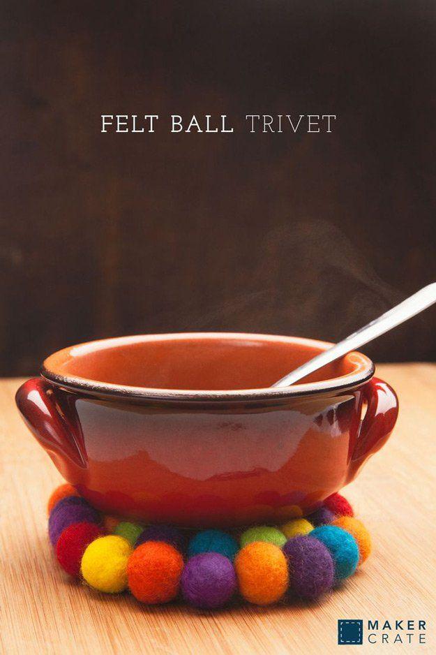 Proyecto Trivet de bricolaje con las bolas de fieltro | http://artesaniasdebricolaje.ru/diy-projects-with-felt-balls/