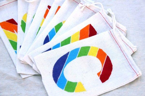 DIY del favor de los bolsos del monograma del arco iris