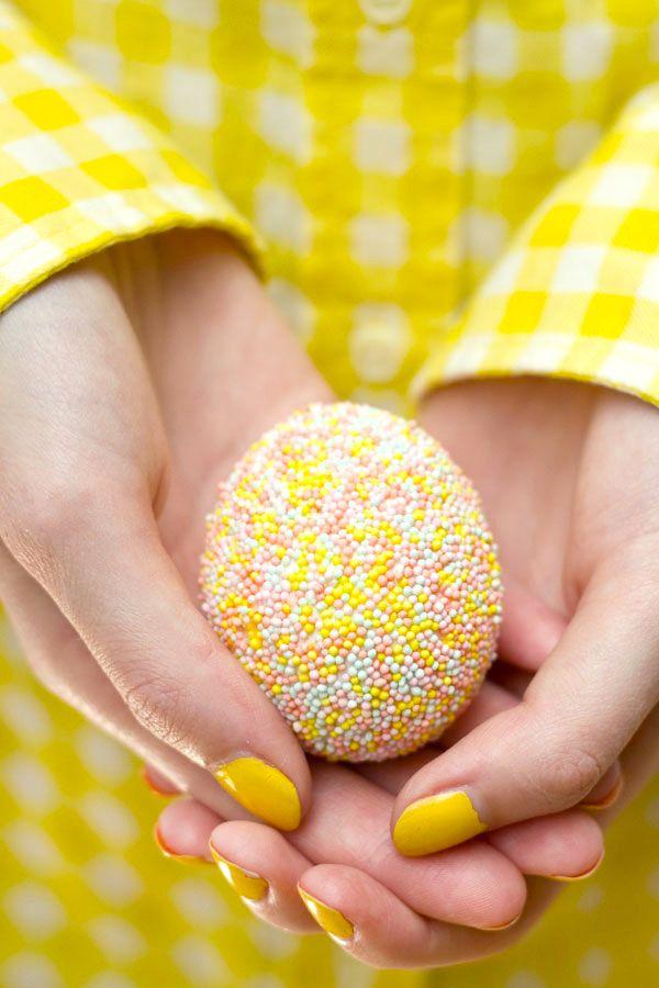 Espolvorear del huevo de Pascua de bricolaje