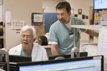 Dos médicos buscan una a una pantalla.