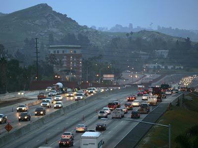 El ángulo de los coches híbridos generalmente enfatiza su verdor, pero no se produce la contaminación? Por encima, por la mañana el tráfico de la hora punta se mueve a lo largo de en Riverside, California.