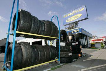 Los neumáticos se muestran fuera de una tienda en San José, California.