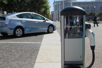 Una nueva estación de carga de vehículos eléctricos es visto cerca de San Francisco ayuntamiento en San Francisco, California.