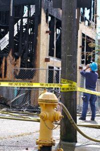 complejo de apartamentos quemados