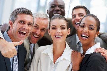 Un grupo de compañeros de trabajo felices riendo.