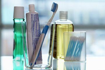 Una muestra de enjuague bucal, cepillos de dientes y otros instrumentos de higiene bucal.