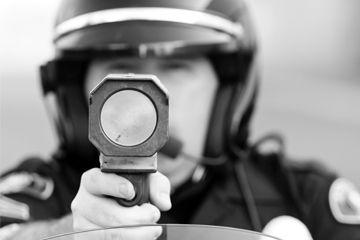 Un oficial de policía apuntando con un radar.