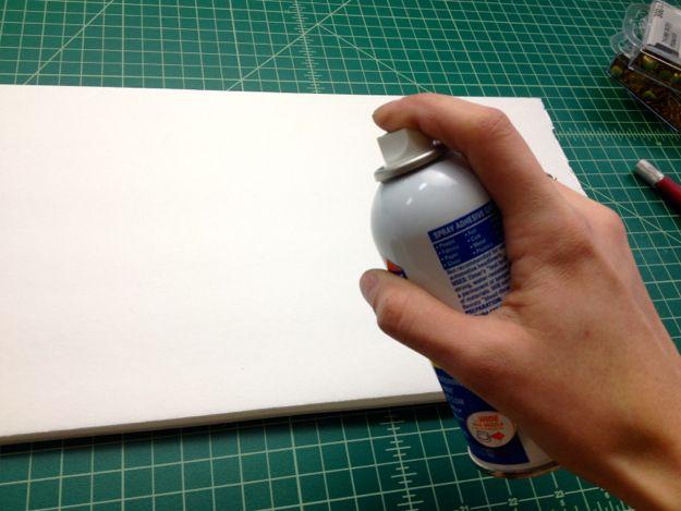 Utilizando el spray adhesivo, se adhieren a su plantilla de la palabra sobre la base de la espuma.