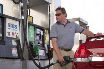 hombre llenando coche con gasolina E85