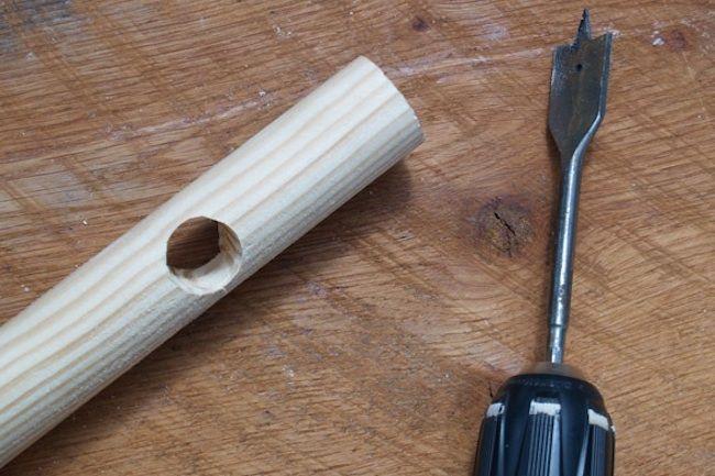 Agujero de perforación en madera polo armario