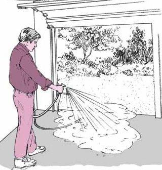 La limpieza de un suelo del garaje se puede hacer con una manguera de jardín simple.