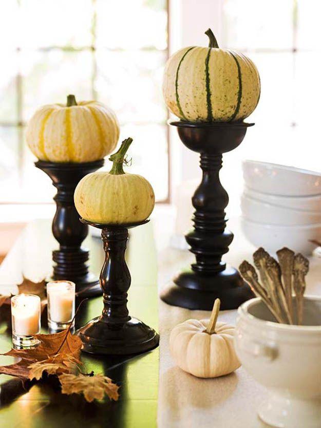 Halloween idea de decoración de mesa, ver más a http://artesaniasdebricolaje.ru/halloween-table-decor-spooktacular-diy-ideas