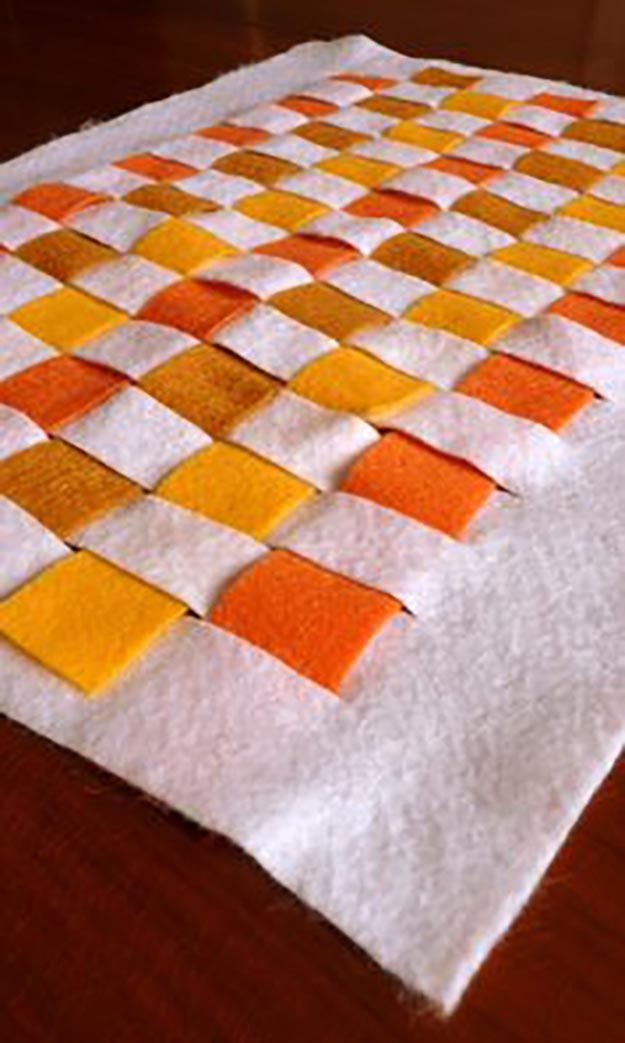 No Sew Felt Individuales de Acción de Gracias | 14 Manteles DIY para Acción de Gracias, échale un vistazo a http://artesaniasdebricolaje.ru/homemade-thanksgiving-decorations-14-diy-placemat-ideas