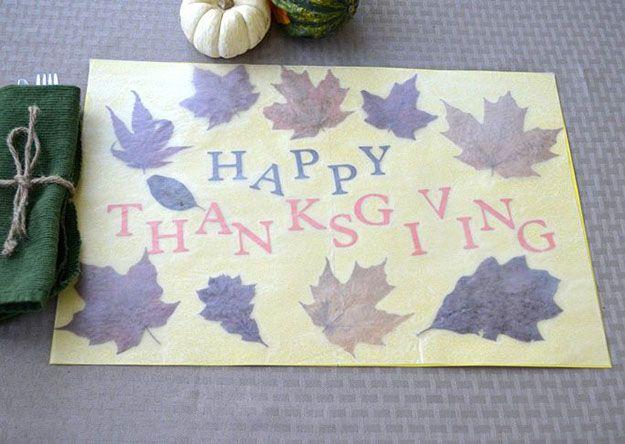 Presionado Placemat Hoja DIY de Acción de Gracias | 14 Manteles DIY para Acción de Gracias, échale un vistazo a http://artesaniasdebricolaje.ru/homemade-thanksgiving-decorations-14-diy-placemat-ideas