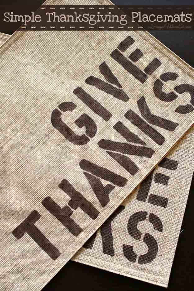Sencillo Placemat arpillera de Acción de Gracias | 14 Manteles DIY para Acción de Gracias, échale un vistazo a http://artesaniasdebricolaje.ru/homemade-thanksgiving-decorations-14-diy-placemat-ideas