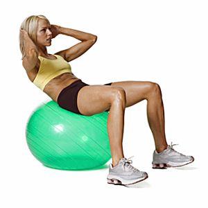 Mujer con una pelota de ejercicios