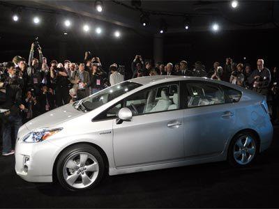 Algunos fabricantes de automóviles están instalando paneles solares en los techos de sus coches híbridos. Las personas que adquieran el 2010 Toyota Prius, por ejemplo, la foto de arriba, tendrán una opción de la energía solar.