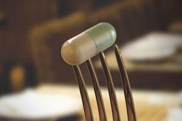 Una píldora en un tenedor