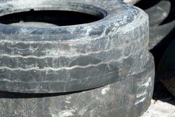 El desgaste desigual es obvio en estos viejos neumáticos. Don't let your tires get this bad.