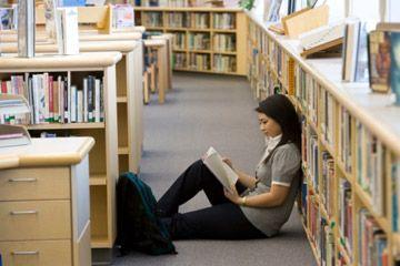 Estudiante que estudia en la biblioteca.