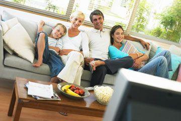Familia de cuatro ve la televisión