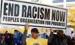 Un hombre participa en una manifestación contra el crimen y odio