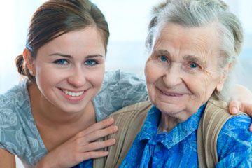 Mujer joven con la mujer de edad avanzada