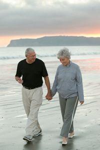 pareja de pie alto en el mano a mano playa