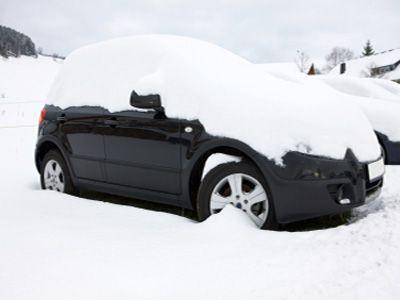 Coche sitiado por la nieve.