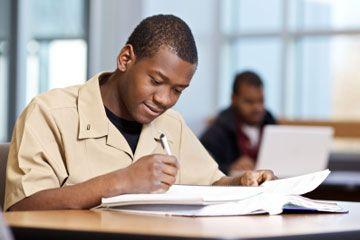 Estudiante en la lectura uniforme militar