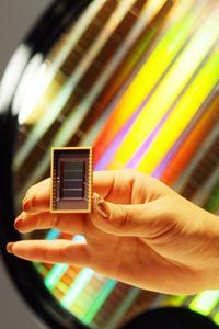 Un empleado de Samsung Electronics muestra el mundo's first 30-nanometer 64-gigabit Flash memory device during a news conference in Seoul, South Korea.