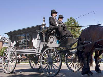 Un coche fúnebre tirado por caballos