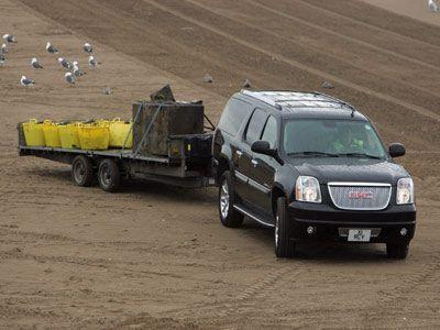 Foto de SUV de carga de remolque utilizando conectores de enganche.