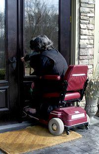 mujer en silla de ruedas entrar en casa