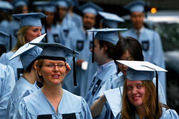 Los estudiantes que se gradúan de la Universidad de Columbia.
